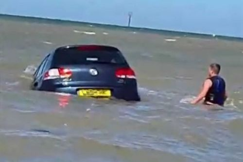 Dramatic moment driver tries desperately to salvage sunken vehicle from the sea