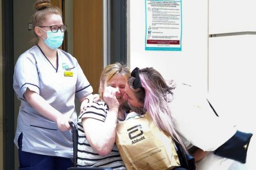 NHS worker in tears as colleagues form Guard of Honour as she leaves Covid ward