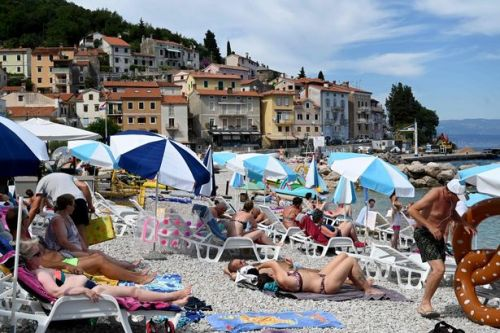 Brit tourists 'left sleeping on beaches' after booking hotels still closed