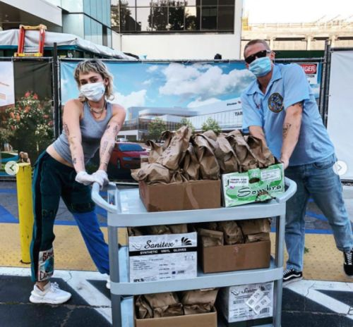 Miley Cyrus and Cody Simpson deliver 120 tacos to local hospital workers