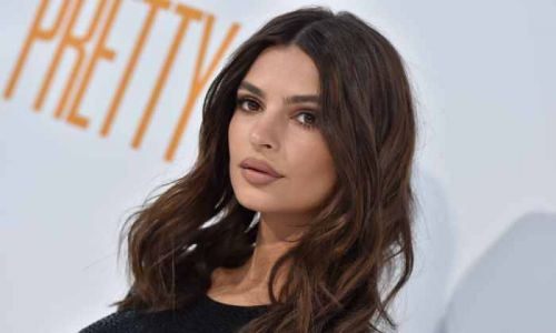 Emily Ratajkowski's cozy cardigan is THE crop top everyone needs for fall