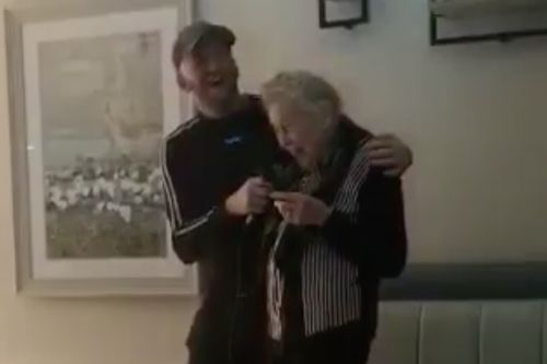 Heartwarming moment elderly woman with dementia sings My Way in Edinburgh care home