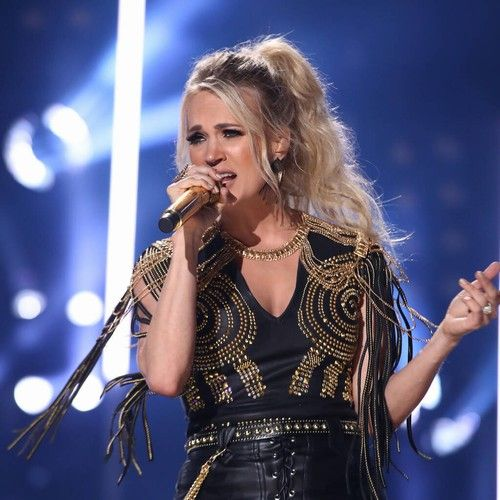 Carrie Underwood pranks unsuspecting shoppers in cowboy boot store