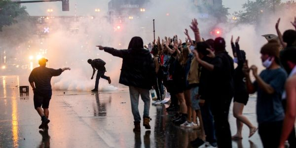 As politicians in DC condemn China for crackdowns on Hong Kong protests, US police use tear gas on demonstrators in Minneapolis