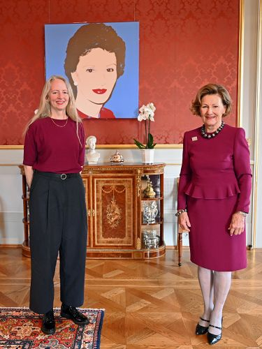 "Queen Sonja hands over the ""Queen Sonja Print Award"""