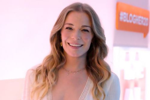LeAnn Rimes poses naked in 'honest' post about her battle with psoriasis