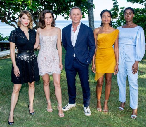 Daniel Craig injured while shooting new Bond film and will undergo surgery in Jamaica