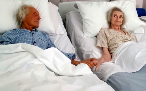 Couple of 62 years hold hands for last time after nurse pushes beds together