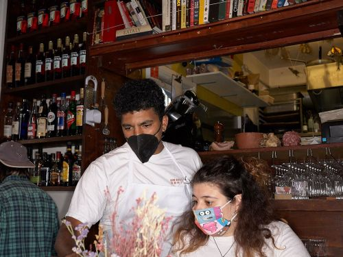 Restaurant Goers and Staff Must Wear Masks During Dine-in Service