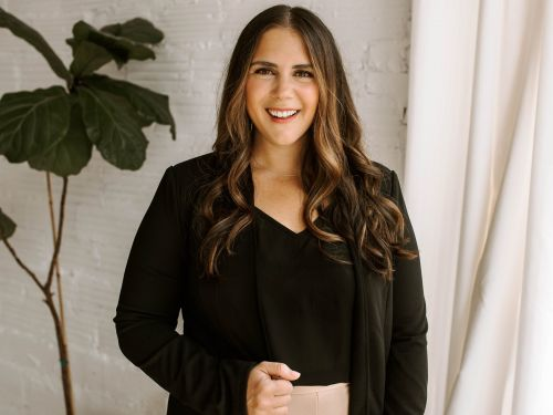 At 37 weeks pregnant, she launched an online coaching business that brought in over $40,000 last year on top of her full-time job. Here's how she did it