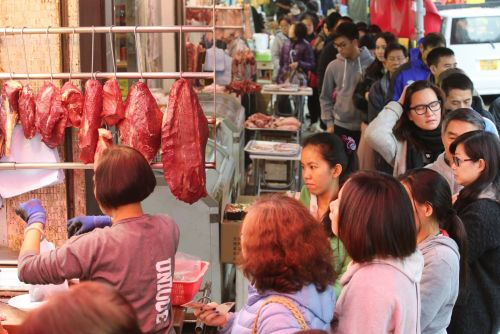 The outbreaks of both the Wuhan coronavirus and SARS started in Chinese wet markets. Photos show what the markets look like