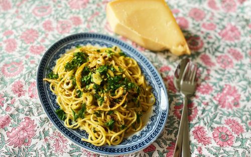 Spaghetti with browned butter, a whole lemon, green olives and herbs