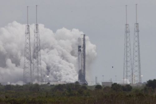 SpaceX performs hold-down firing for heavyweight satellite launch Monday