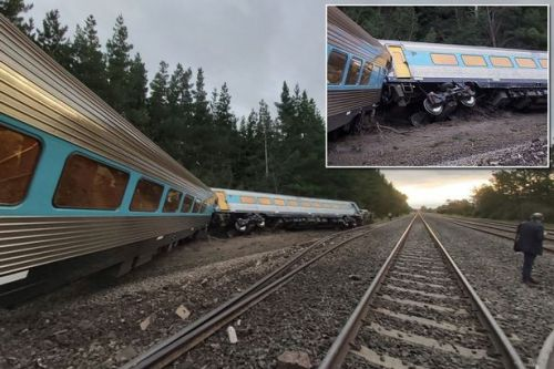 Wallan: Train with 160 passengers on board derails 'leaving people trapped'
