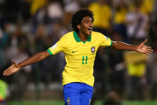 Liverpool in pole position to beat Chelsea to bargain forward transfer