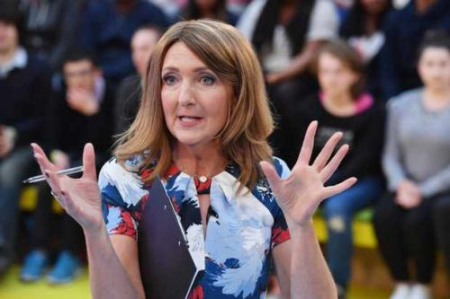 Victoria Derbyshire presents BBC News with domestic abuse helpline number on her hand