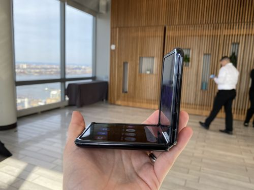 I only spent about 30 minutes with Samsung's new foldable flip phone, but I'm convinced Motorola should be worried