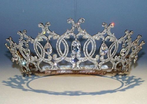 Reward of £100,000 offered in hunt for tiara stolen from art gallery