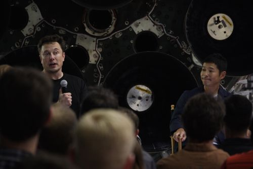 Japanese billionaire reserves moon flight with SpaceX