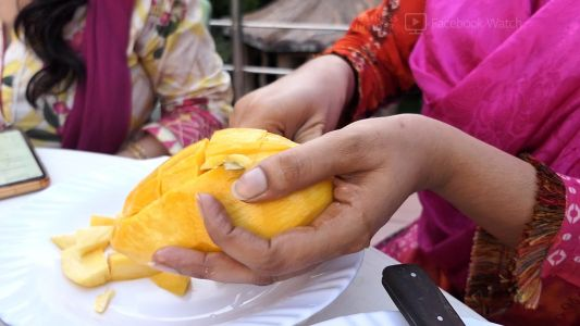 Pakistan's mango exports are plummeting because of the pandemic - and fruit vendors are suffering