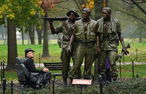 13 striking photos of soldiers and civilians commemorating Veterans Day