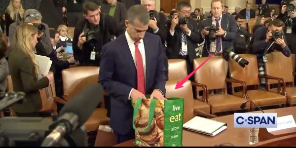 GOP counsel Steve Castor brought a reusable grocery bag instead of a briefcase to an impeachment hearing