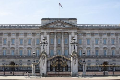 Queen to axe hundreds of jobs due to fall in Buckingham Palace tourism