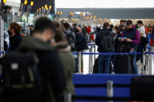 Heathrow chaos as passengers 'stand next to arrivals from red list countries'