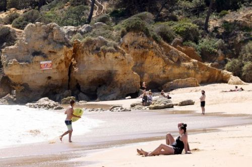 Brits warned to wear face masks on beaches in Portugal or face £85 fine