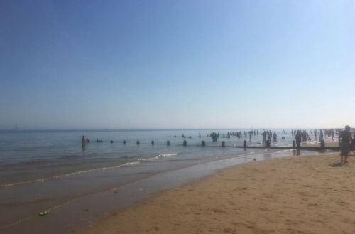 Warning to avoid sea as people struggle to breathe at beach