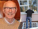 Man is forced to say goodbye to his brother through hospital window as he died from coronavirus