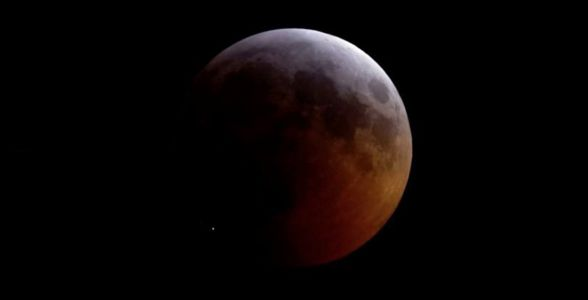 A meteorite hit the moon during the super blood wolf eclipse and it was epic