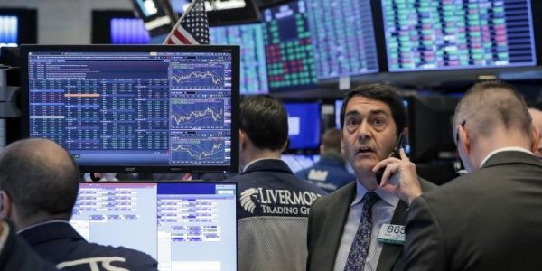 US stocks fall as tech slump outweighs tax-cut hopes
