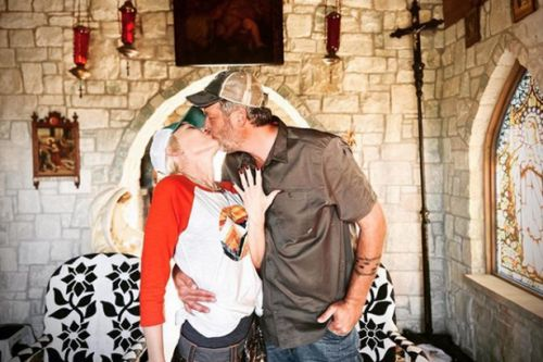 Gwen Stefani announces engagement to Blake Shelton with romantic kissing snap