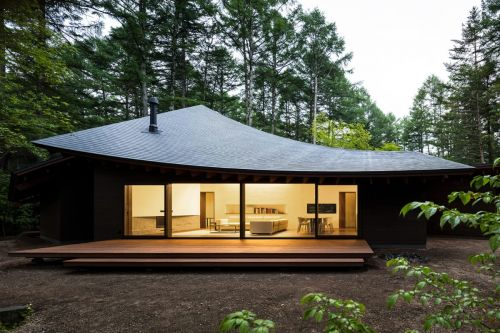 This Blacked-Out House With a Sleek Curved Roof Is The Perfect Retreat