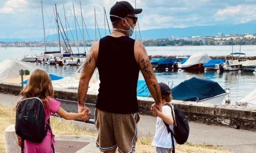 Robbie Williams sparks debate with new family outing photo