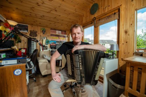 Musician records album tribute to Jimmy Shand in his lockdown 'ceilidh cabin'