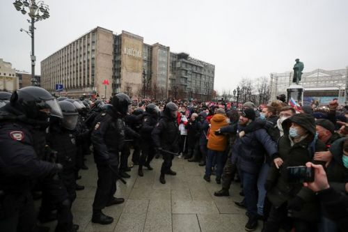 Wife of poisoned Putin critic Alexei Navalny arrested as hundreds attend protest