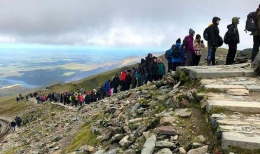 Staggering scenes as HUGE crowds ignore social distancing as they queue on Snowdon - VIDEO