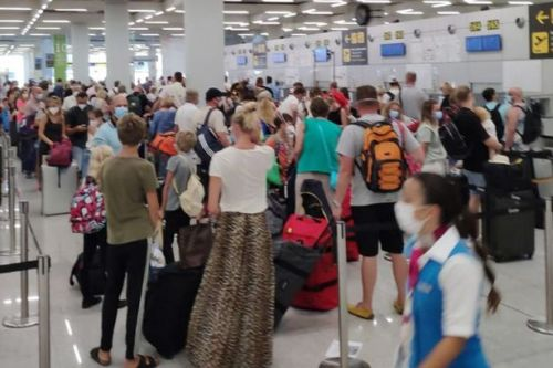 Brits face chaos at airport as people act as if 'coronavirus doesn't exist'