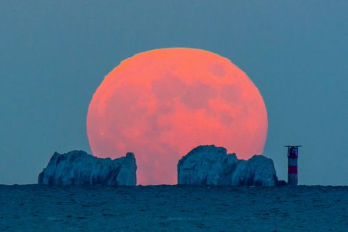 Amazing pictures show strawberry moon over the UK